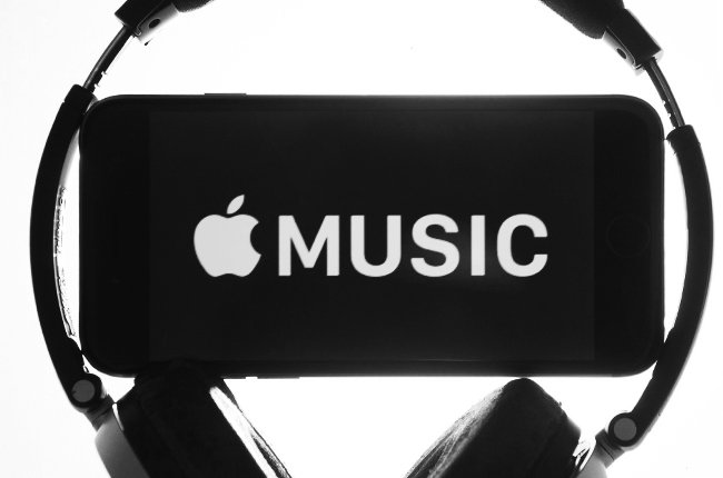 "ARCHIV - ILLUSTRATION - Ein Kopfhörer umgibt am 11.06.2015 in Erfurt (Thüringen) ein iPhone mit dem Schriftzug ""Apple Music"". Photo by: Sebastian Kahnert/picture-alliance/dpa/AP Images"